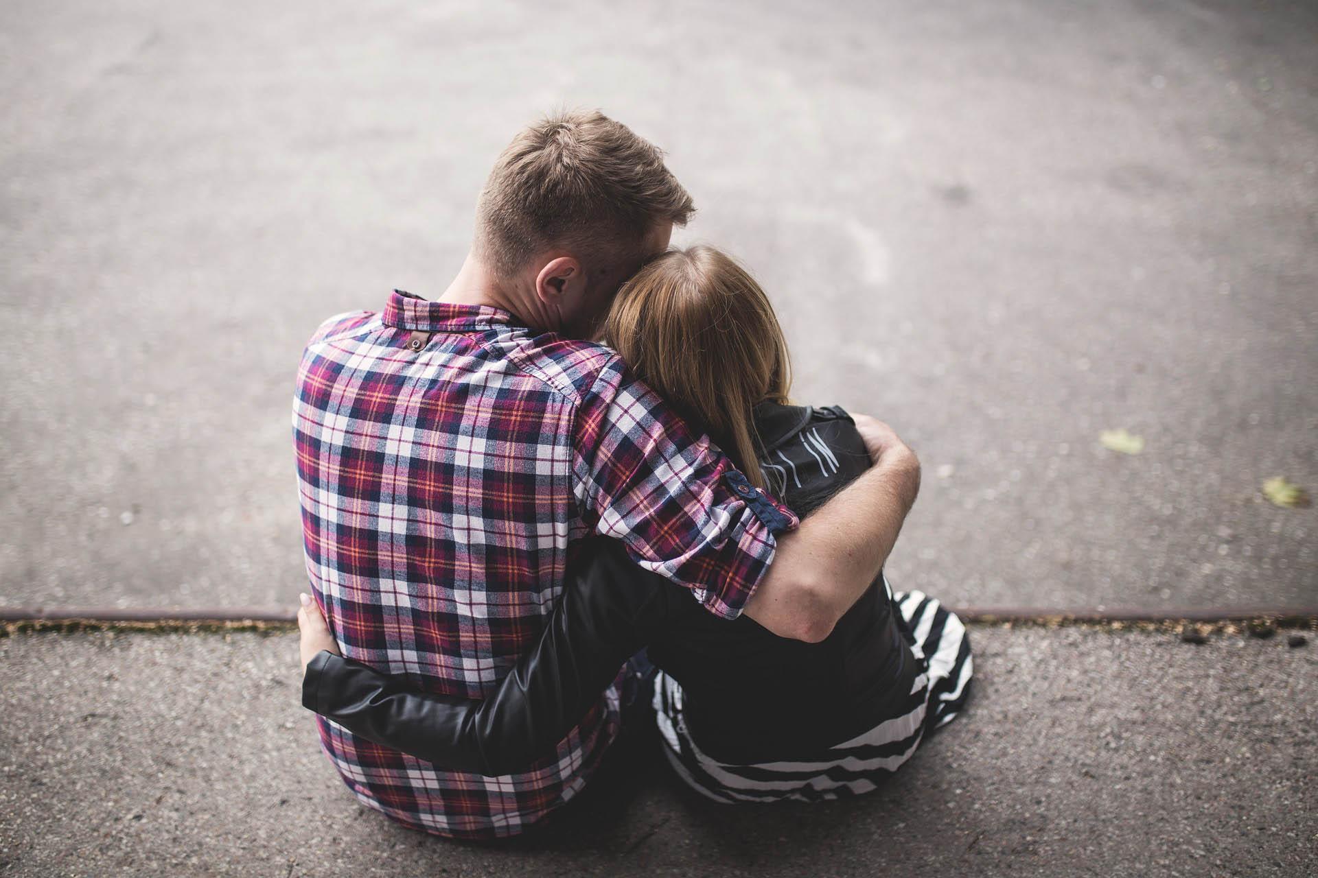 ¿Cómo ayudar a alguien que ha perdido a un ser querido?